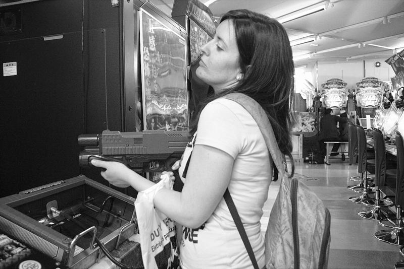 Lidia en un video juego de un arcade en el barrio de Akihabara de Tokio
