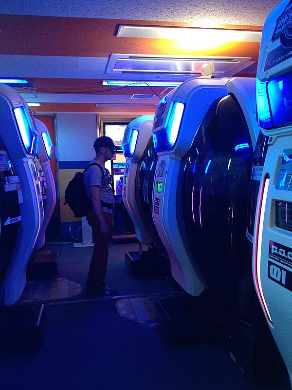Sergio a punto de entrar en un video juego en un arcade de Akihabara en Tokio