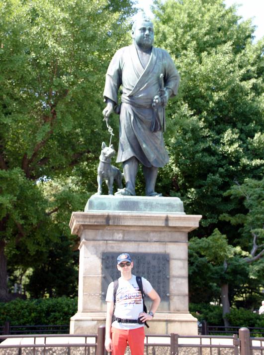 Sergio en la estatua de El Ultimo Samurai en Ueno Tokio