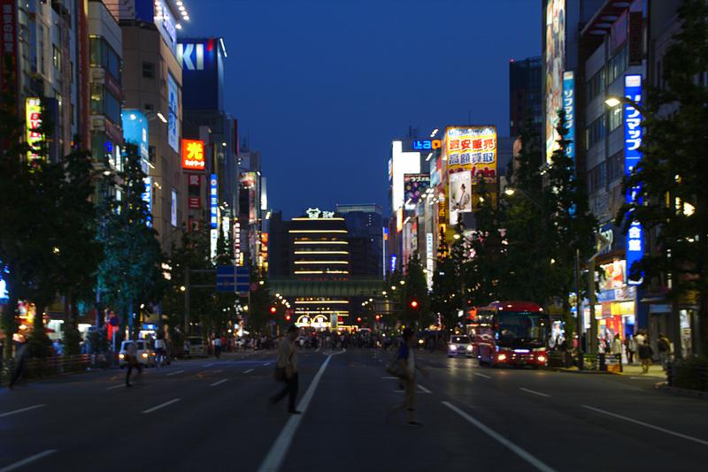 barrio de Akihabara en Tokio durante la noche 1