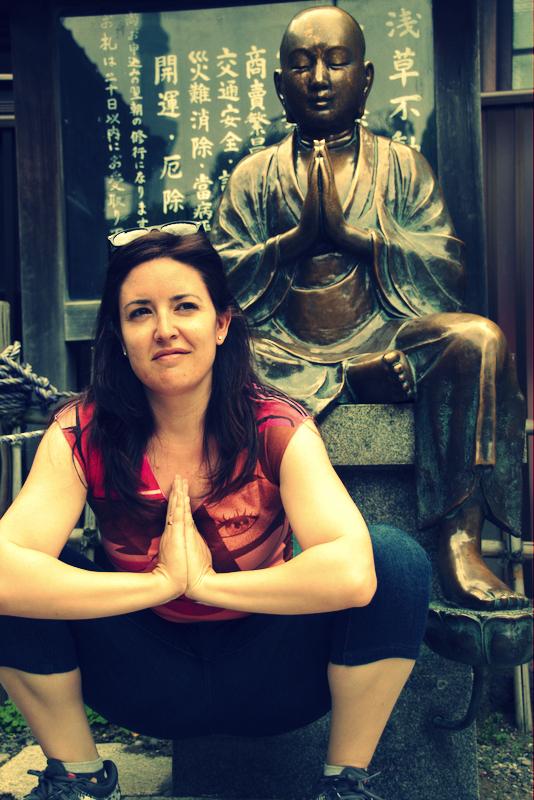 Lidia con una estatua de Buda a la salida del templo Senso-ji de Asakusa en Tokio