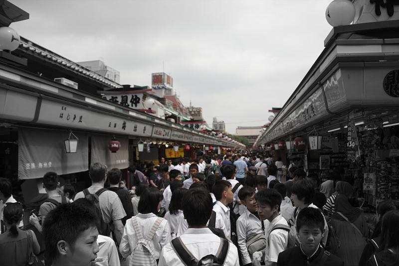 calle Nakamise-dori repleta de gente antes de entrar al Senso-ji del barrio de Asakusa en Tokiio