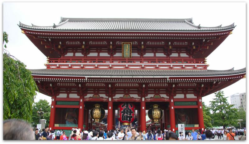 entrada del templo Senso-ji del barrio de Asakusa en Tokio