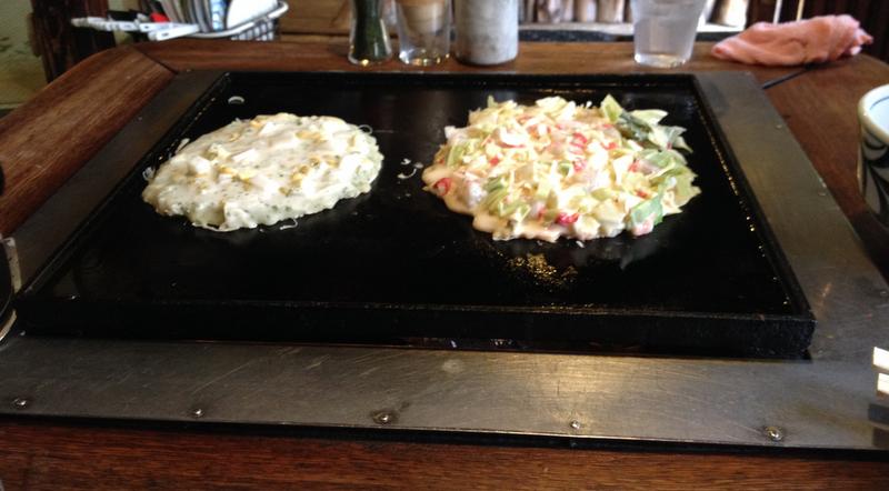 okonomiyaki haciendose en el restaurante Sometaro de Asakusa en Tokio1