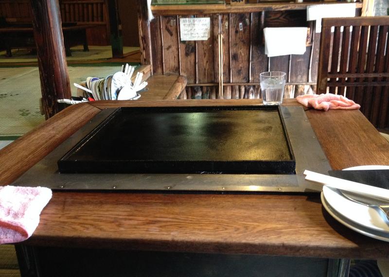 plancha para hacer okonomiyaki en el restaurante Sometario de Asakusa de Tokio