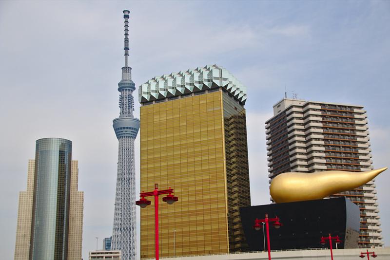 skyline del Tokio con el Skytree entre los edificios visto desde el Sumida Park