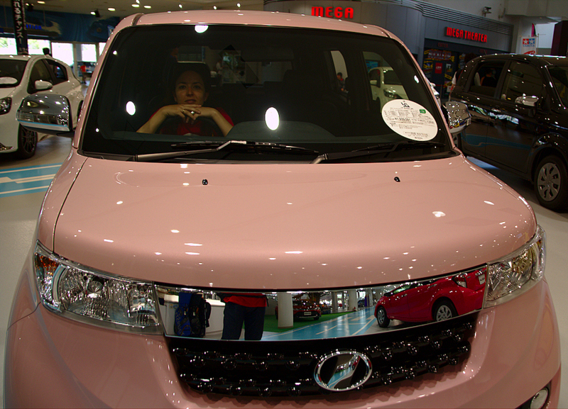 Lidia en un coche en la exposición Toyota Mega Web de Palette Town en Odaiba