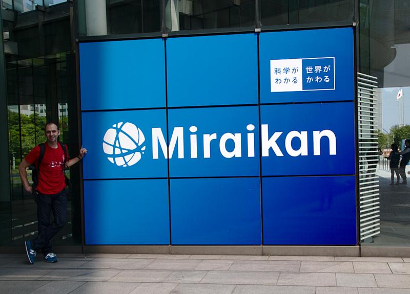 Sergio delante del museo Miraikan en Odaiba