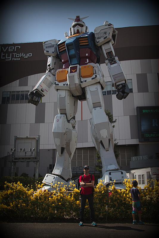 Sergio delante del robot Gundam del Divercity Tokyo Plaza en Odaiba