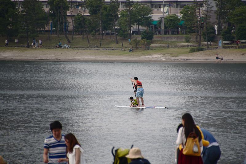 padre con niño haciendo padel-surf en Odaiba