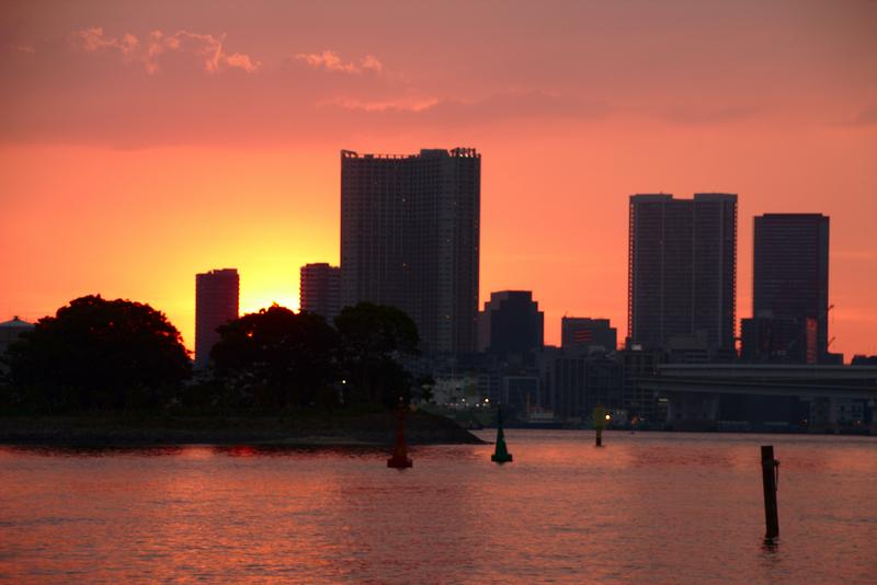 puesta de sol de Tokio vista desde la playa de Odaiba