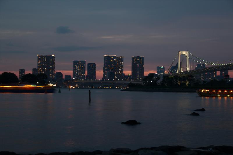 vista nocturna de la ciudad desde la playa de Odaiba