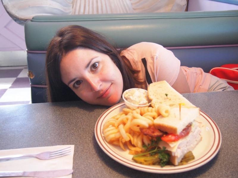 Lidia con su comida en el Peggy Sue's de Barstow