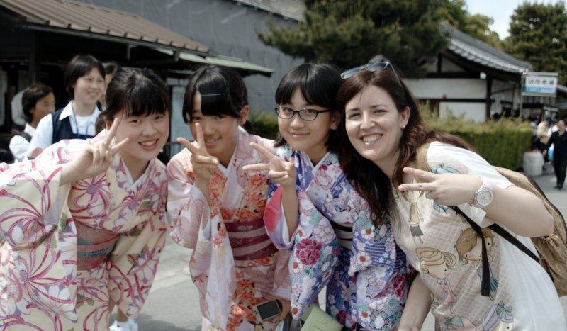 Lidia con japonesas en Kyoto