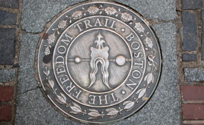 placa en el suelo del Freedom Trail de Boston
