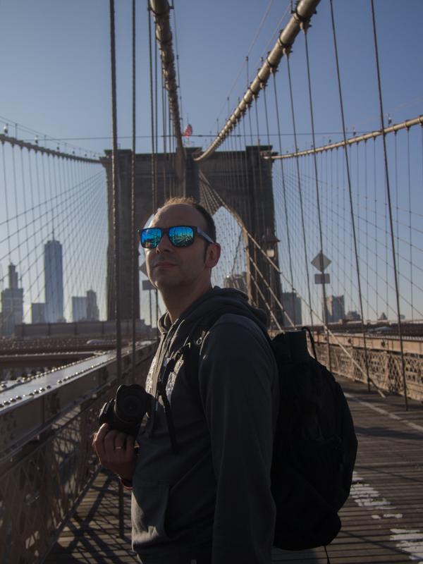 Sergio cruzando el Puente de Brooklyn en Nueva York