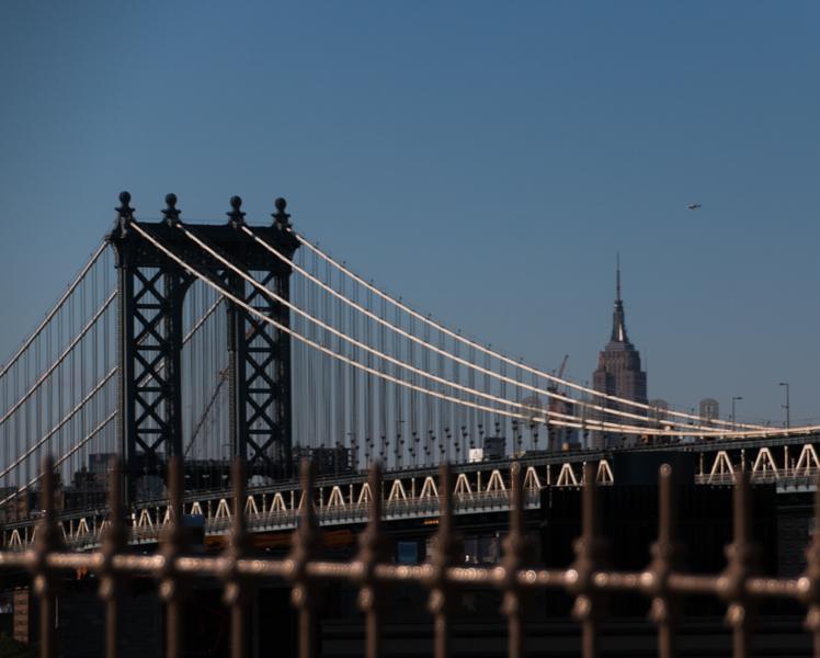 puente de Brooklyn con el Empire State en Nueva York