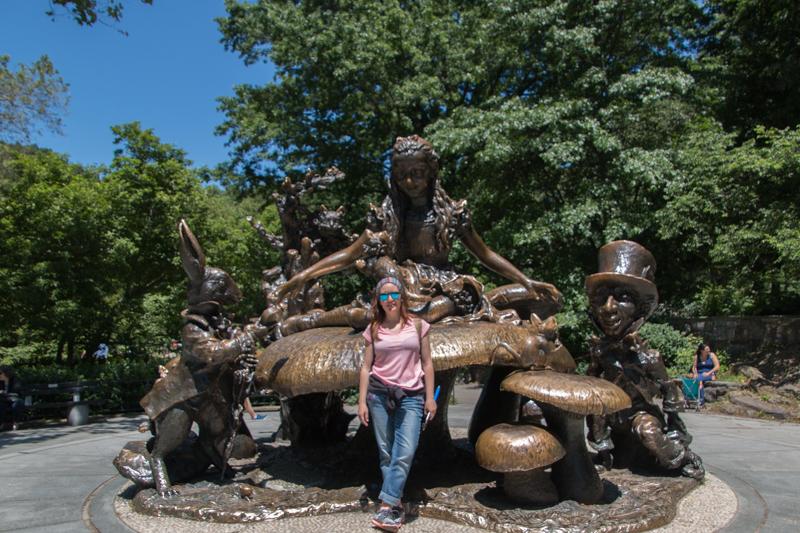 Lidia en la estatua de Alicia en el País de las Maravillas del Central Park de Nueva York