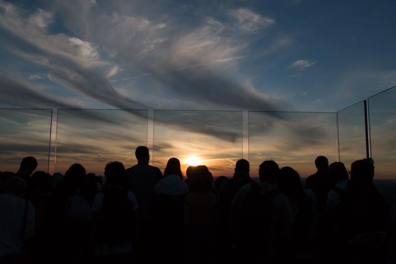 gente viendo puesta de sol desde el TOR de Nueva York