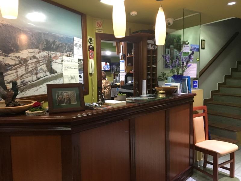 recepción del Hotel Rural Cela en Belmonte de Miranda