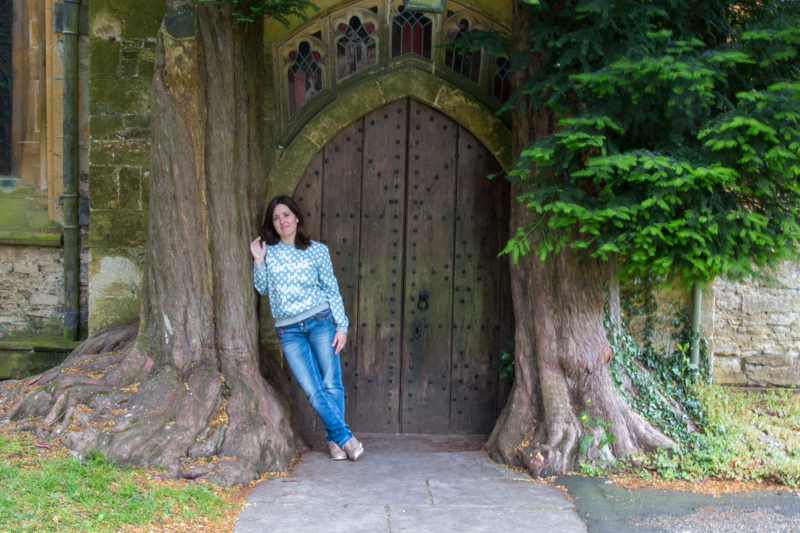 Lidia en la puerta de St. Edward's Church en Stow-on-the-Wold