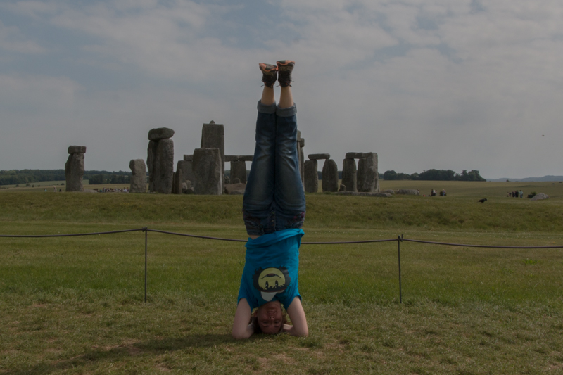Lidia haciendo yoga en Stonehenge
