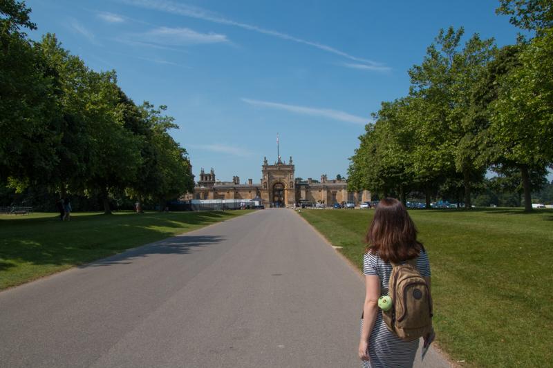 Lidia caminando hacia Blenheim Palace