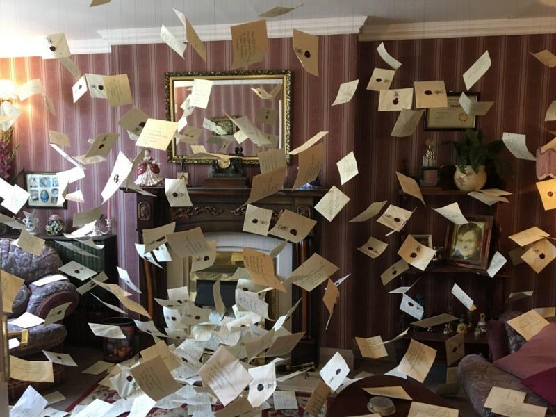 salón de los Dursley con las cartas de Hogwarts HP