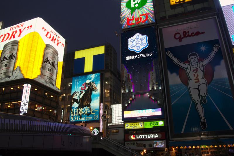 cartel nocturno de Glico en Dotonbori-Osaka