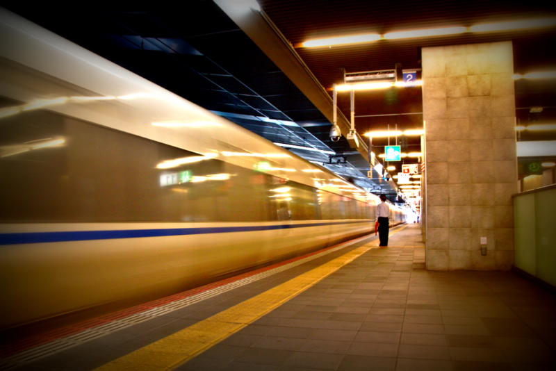 tren shinkansen llegando a Osaka Station