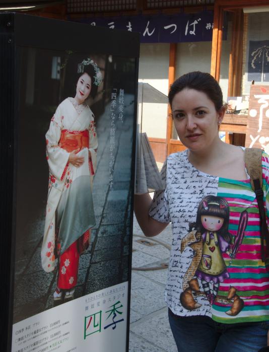 Lidia con el cartel de Shikis Head Shop en Kioto