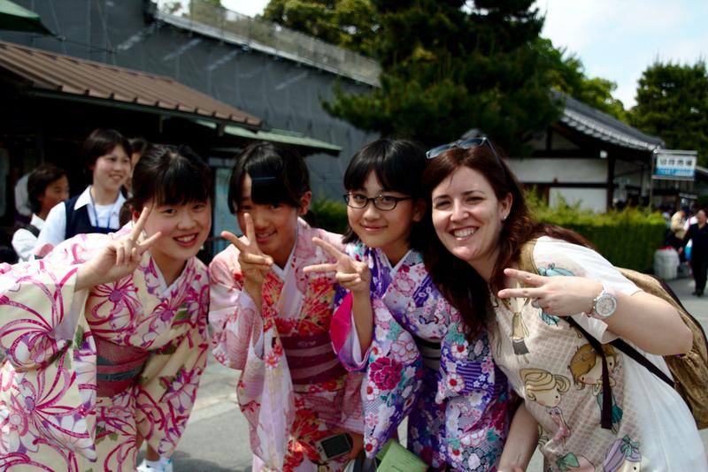 Lidia con grupo de niñas japonesas a la salida del Castillo de Nijo en Kioto