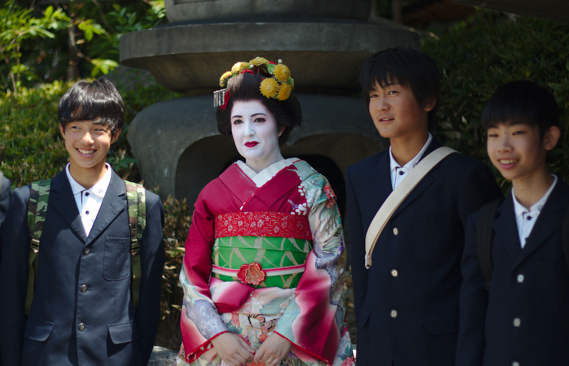 Lidia de maiko con grupo de chicos
