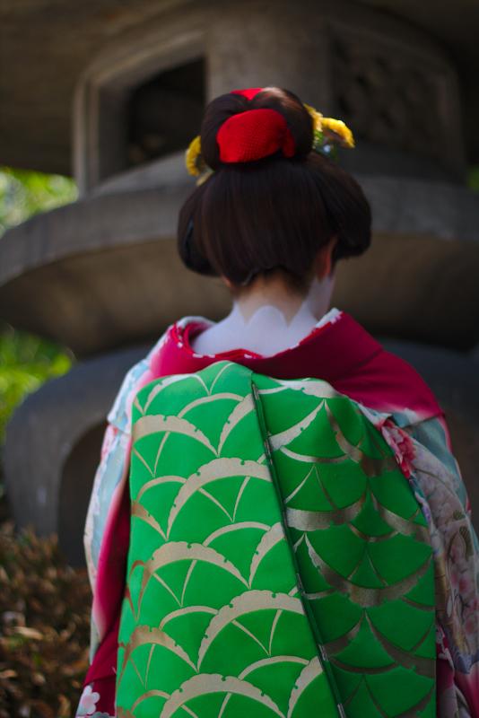 Lidia de maiko detalle del obi por detras