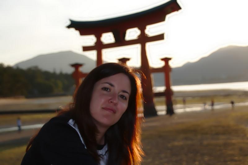 Lidia delante del Otorii de Miyajima al atardecer