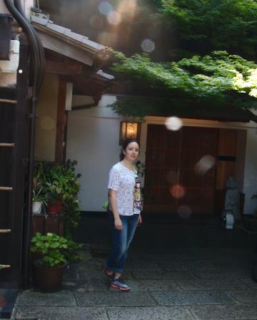 Lidia en la entrada del estudio para hacer la tranformación a Maiko en Kioto