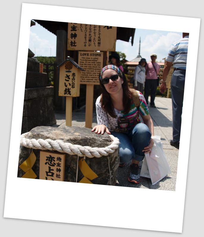 Lidia en una de las piedras del templo del amor en Kiyomizudera Kioto