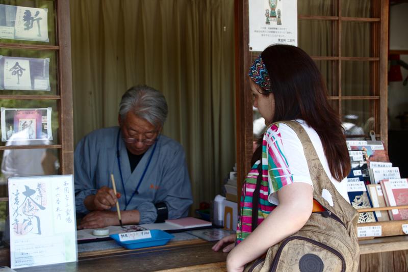 Lidia esperando a la firma y el sello del templo Kiyomizudera en Kioto