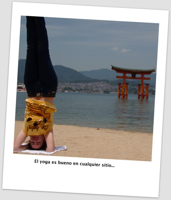 Lidia haciendo sirshasana en playa de Miyajima delante del Gran Torii