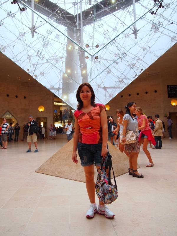 Lidia delante de la Pirámide del Louvre, en el Carrousel du Louvre, París