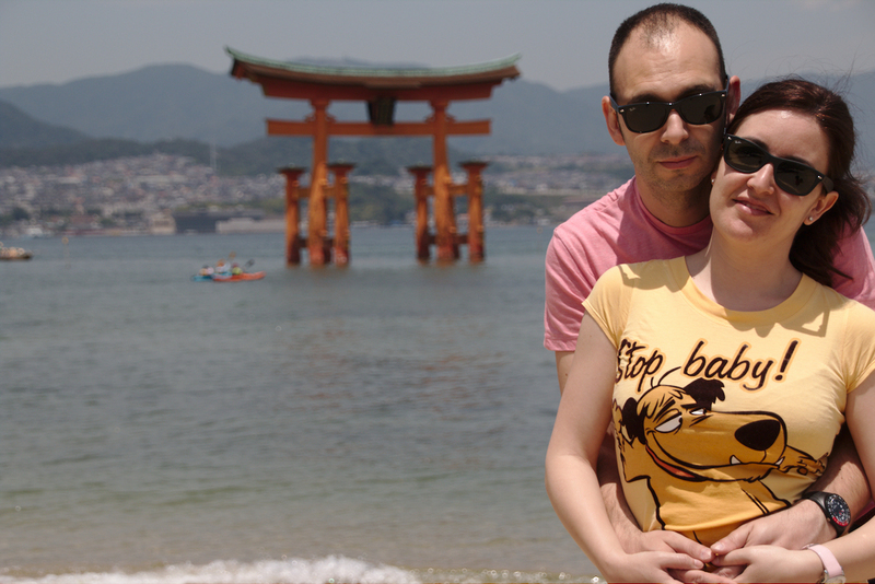 Lidia y Sergio con el Gran Torii de Miyajima con marea alta