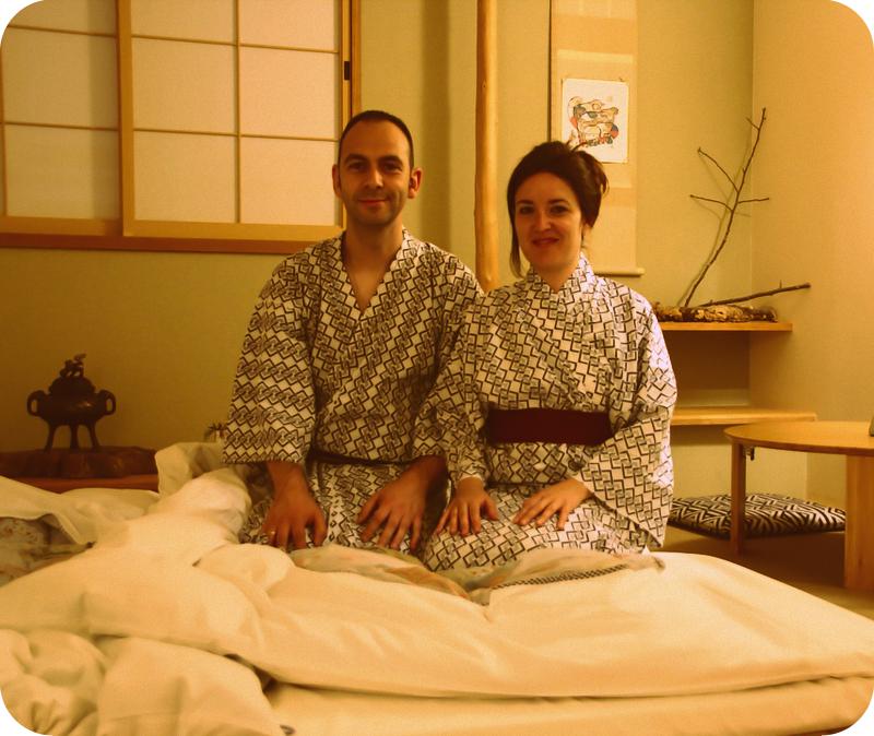 Lidia y Sergio con los yukatas en el ryokan Mizuhasu de Miyajima