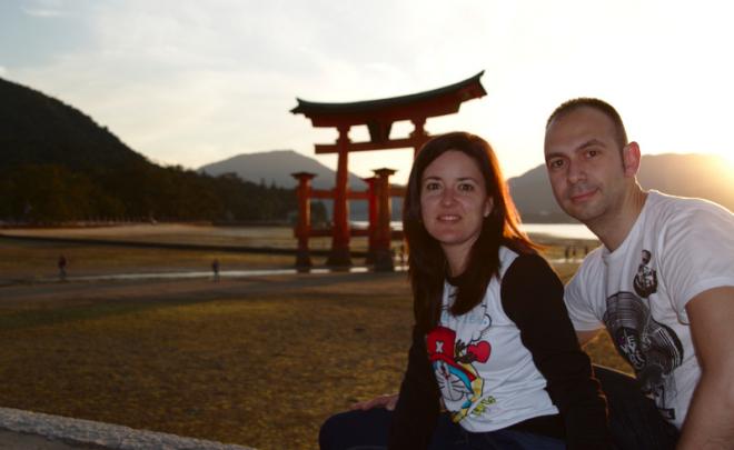 Lidia y Sergio delante del Otorii de Miyajima al atardecer