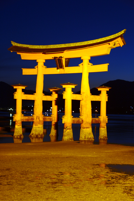 Otorii de Miyajima de noche