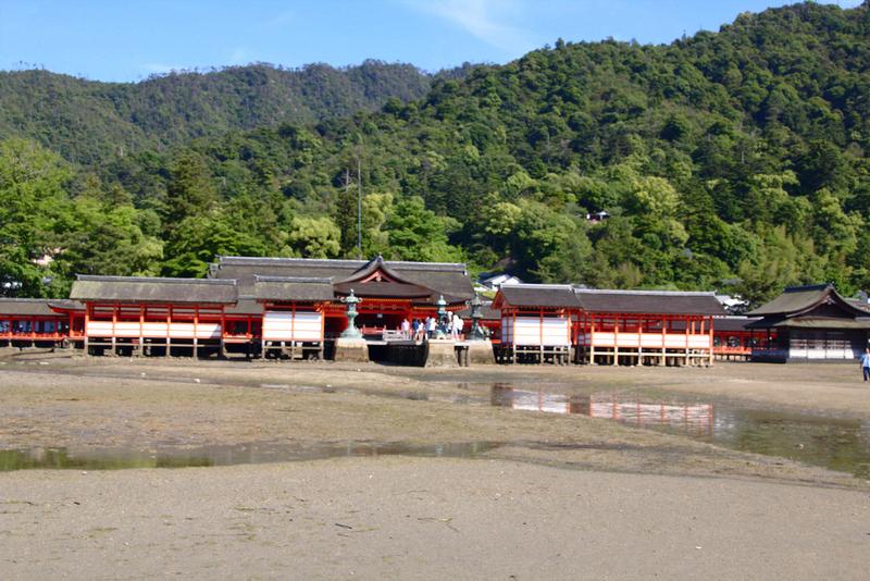Santuario de Itsukushima en Miyajima visto desde la playa con marea baja