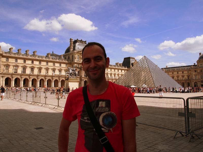 Sergio delante de la Pirámide del Louvre en París