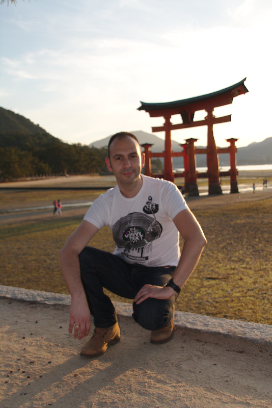 Sergio delante del Otorii de MIyajima al atardecer