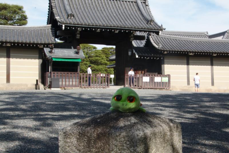 Tarty en la entrada del Palacio Imperial de Kioto