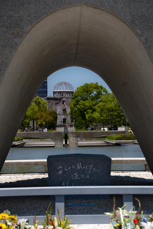 cúpula de Genbaku en Parque de la Paz de Hiroshima vista desde el Cenotafio