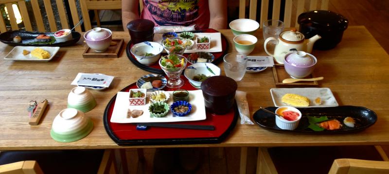 desayuno estilo japones en el ryokan Mizuhasou de Miyajima